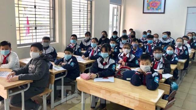 Học sinh Thủ đô đeo khẩu trang kín mít đến trường ảnh 7