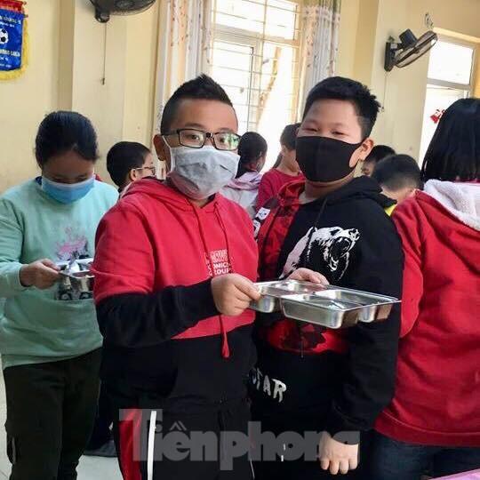 Học sinh Thủ đô đeo khẩu trang kín mít đến trường ảnh 8