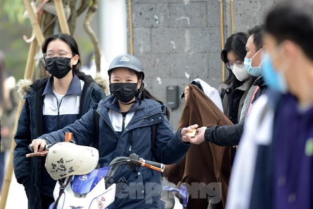 Học sinh Thủ đô đeo khẩu trang kín mít đến trường ảnh 9