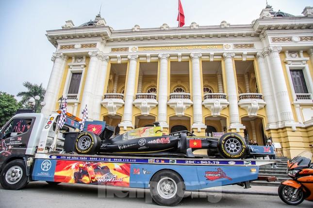 Bắt gặp xe đua F1 diễu hành trên đường phố Thủ đô ảnh 3