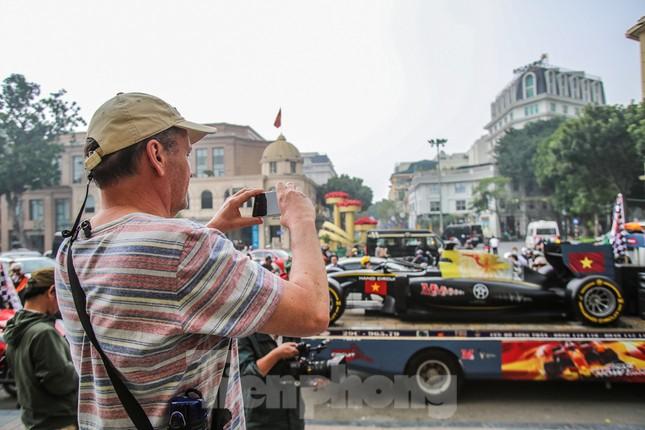 Bắt gặp xe đua F1 diễu hành trên đường phố Thủ đô ảnh 10