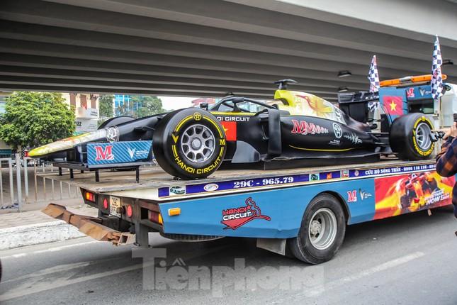 Bắt gặp xe đua F1 diễu hành trên đường phố Thủ đô ảnh 4