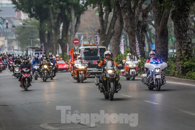 Bắt gặp xe đua F1 diễu hành trên đường phố Thủ đô ảnh 1