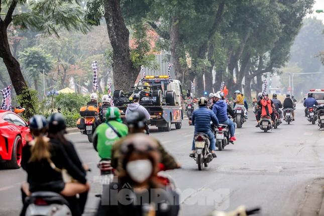 Bắt gặp xe đua F1 diễu hành trên đường phố Thủ đô ảnh 2