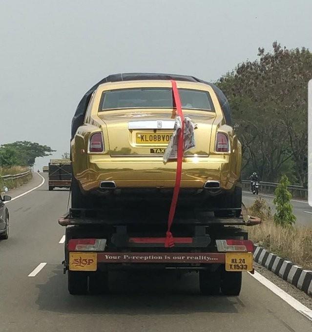 Rolls-Royce Phantom 'vàng óng' thành xe taxi ở Ấn Độ ảnh 1