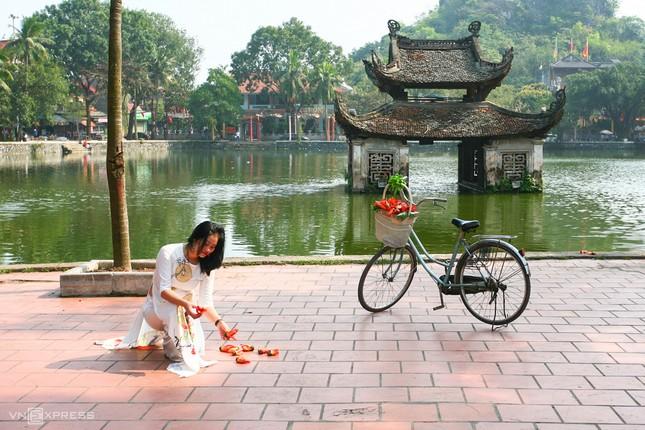 Rực đỏ hoa gạo trước sân chùa Thầy ảnh 7