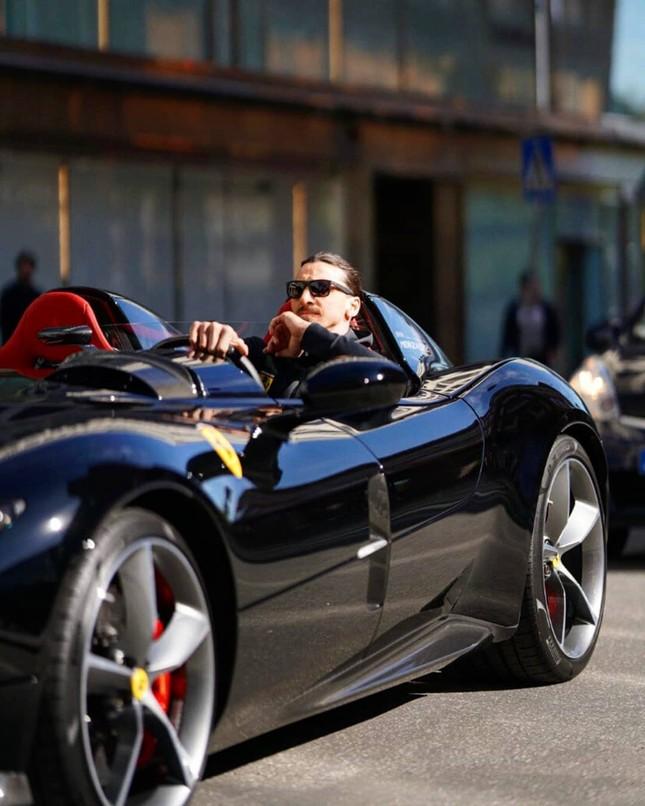 Zlatan Ibrahimovic cưỡi siêu xe Ferrari trên đường phố Thuỵ Điển ảnh 1