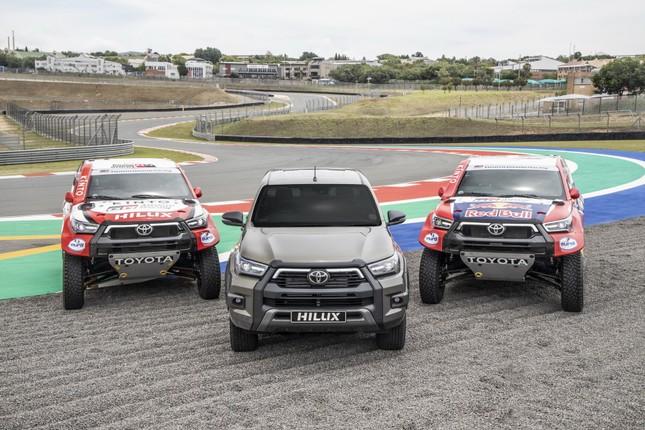 Toyota Hilux trang bị động cơ V8 để đua Dakar Rally ảnh 1