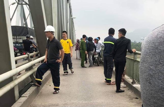 Bỏ xe SH trên cầu Bến Thủy, nam thanh niên nhảy sông tự tử ảnh 2