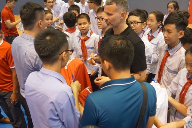 Cựu danh thủ M.U Ryan Giggs đến Nghệ An và Hà Tĩnh ảnh 1