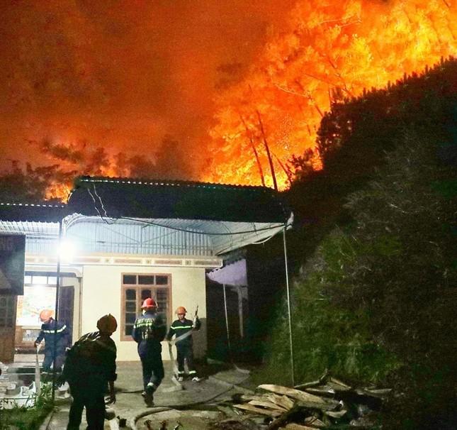 Cận cảnh rừng Hà Tĩnh cháy đỏ trời, dân tất tả di dời tài sản ảnh 7