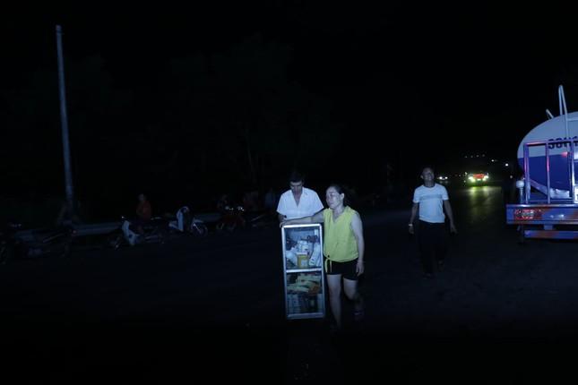 Cận cảnh rừng Hà Tĩnh cháy đỏ trời, dân tất tả di dời tài sản ảnh 11