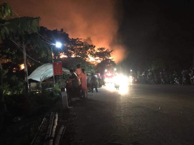 Cận cảnh rừng Hà Tĩnh cháy đỏ trời, dân tất tả di dời tài sản ảnh 2