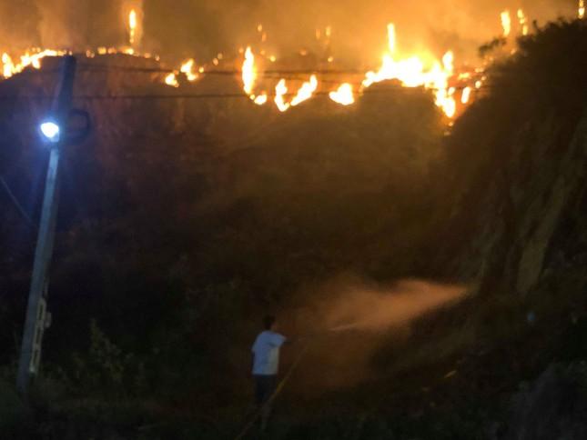 Cận cảnh rừng Hà Tĩnh cháy đỏ trời, dân tất tả di dời tài sản ảnh 5