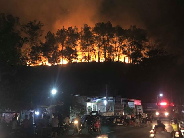Cận cảnh rừng Hà Tĩnh cháy đỏ trời, dân tất tả di dời tài sản ảnh 14