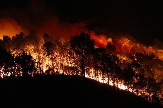 Cận cảnh rừng Hà Tĩnh cháy đỏ trời, dân tất tả di dời tài sản ảnh 1