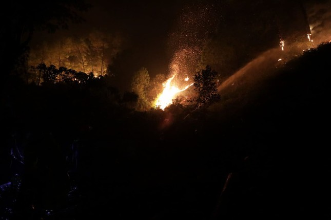 Cận cảnh rừng Hà Tĩnh cháy đỏ trời, dân tất tả di dời tài sản ảnh 15