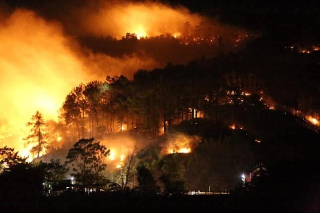 Cận cảnh rừng Hà Tĩnh cháy đỏ trời, dân tất tả di dời tài sản ảnh 3