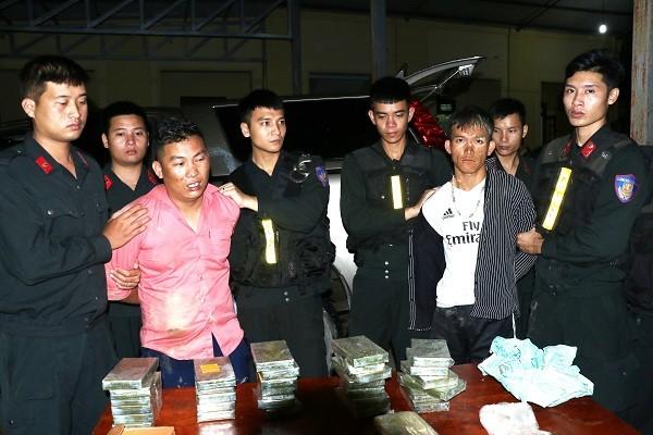 Bắt 2 đối tượng chở 30 bánh heroin, 6.000 viên ma túy tổng hợp ảnh 1