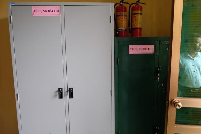 Đột nhập căn phòng đặc biệt chứa đề thi, bài thi ảnh 5