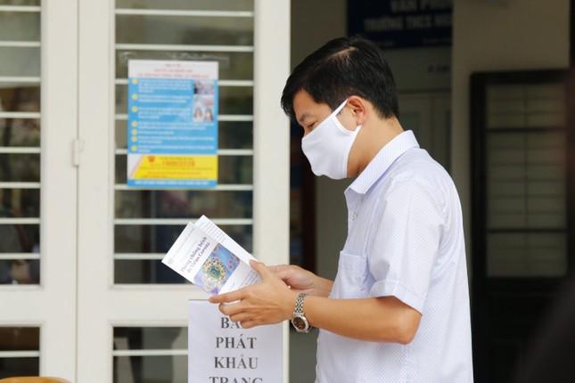 Đủ 'chiêu' phòng dịch ngày đầu tiên sinh viên Hà Nội trở lại giảng đường ảnh 8