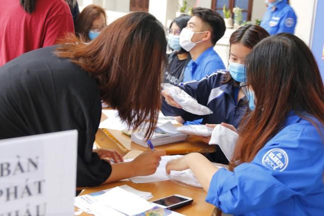 Đủ 'chiêu' phòng dịch ngày đầu tiên sinh viên Hà Nội trở lại giảng đường ảnh 9
