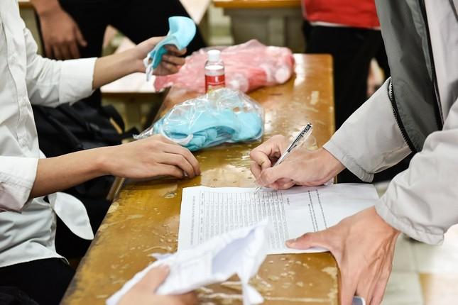 Đủ 'chiêu' phòng dịch ngày đầu tiên sinh viên Hà Nội trở lại giảng đường ảnh 7