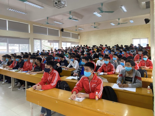 Đủ 'chiêu' phòng dịch ngày đầu tiên sinh viên Hà Nội trở lại giảng đường ảnh 10