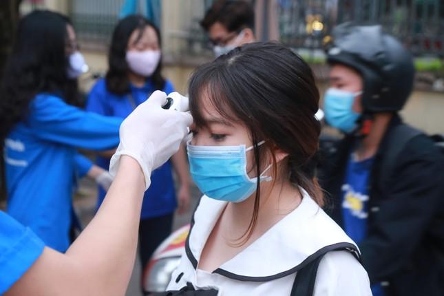 Đủ 'chiêu' phòng dịch ngày đầu tiên sinh viên Hà Nội trở lại giảng đường ảnh 19