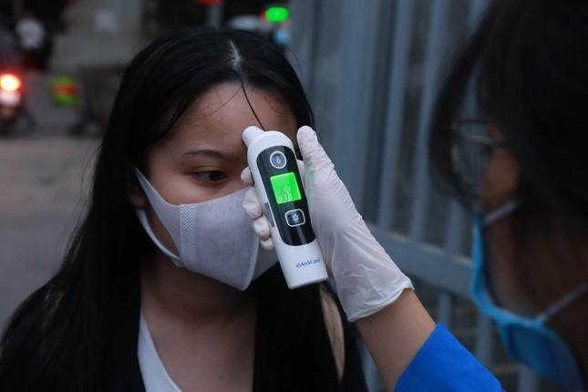 Đủ 'chiêu' phòng dịch ngày đầu tiên sinh viên Hà Nội trở lại giảng đường ảnh 18