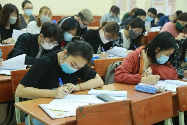Đủ 'chiêu' phòng dịch ngày đầu tiên sinh viên Hà Nội trở lại giảng đường ảnh 20