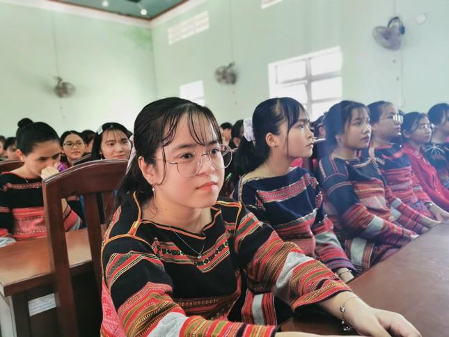 Bộ trưởng Phùng Xuân Nhạ thăm, tặng quà hỗ trợ học sinh, trường học ở Bình Định ảnh 2