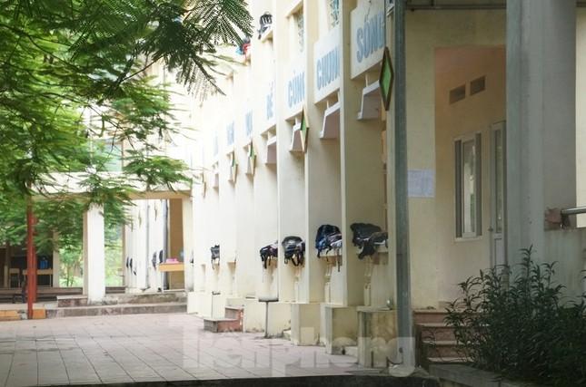 Cận cảnh an ninh trong, ngoài phòng thi THPT Quốc gia tại Hòa Bình ảnh 1