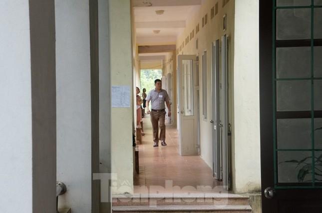 Cận cảnh an ninh trong, ngoài phòng thi THPT Quốc gia tại Hòa Bình ảnh 2