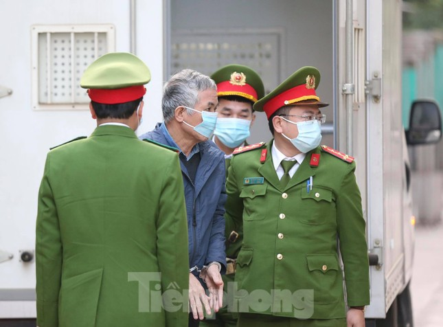 Ông Vũ Huy Hoàng được dìu đến tòa, xin được uống thuốc khi xét xử ảnh 2