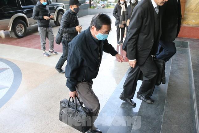 Ông Vũ Huy Hoàng được dìu đến tòa, xin được uống thuốc khi xét xử ảnh 3