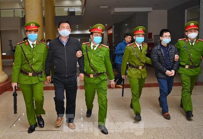 Sáng nay, ông Đinh La Thăng, Trịnh Xuân Thanh tiếp tục ra tòa trong vụ Ethanol Phú Thọ ảnh 2