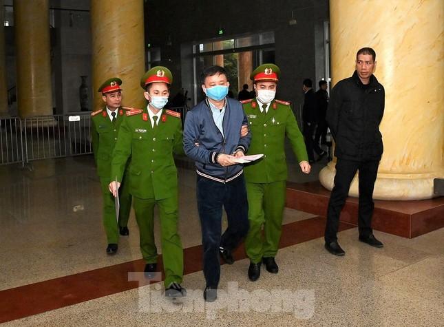 Sáng nay, ông Đinh La Thăng, Trịnh Xuân Thanh tiếp tục ra tòa trong vụ Ethanol Phú Thọ ảnh 1