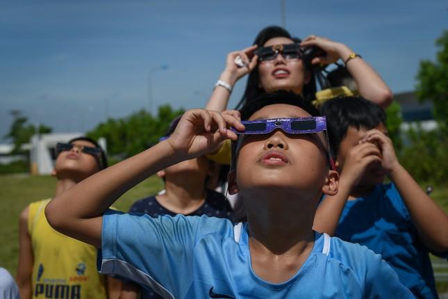 Giới trẻ Hà Nội hào hứng với nhật thực duy nhất của thập kỷ ảnh 1