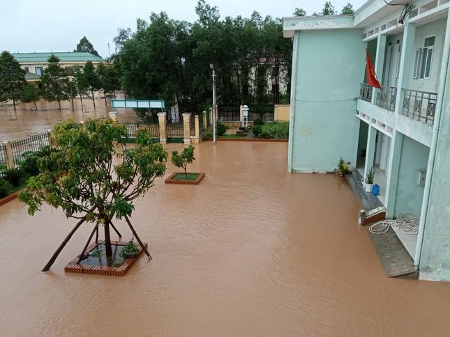 Lũ vượt kỷ lục 37 năm tại Đông Hà, mưa lũ miền Trung diễn biến phức tạp ảnh 1