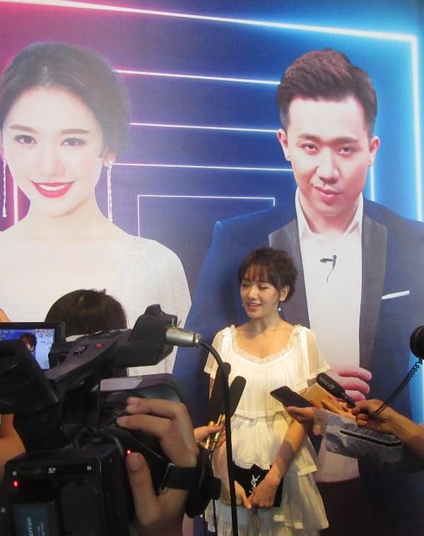 Hari Won lần đầu thừa nhận 'làm việc với Trấn Thành rất áp lực' ảnh 2