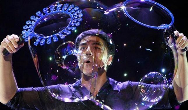 Phù thuỷ bong bóng nổi tiếng trình diễn 3 kỷ lục thế giới tại Sài Gòn ảnh 5