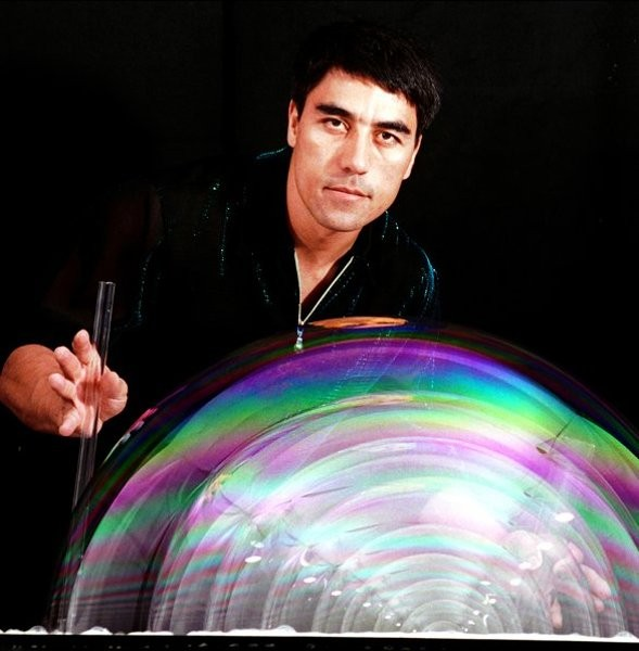 Phù thuỷ bong bóng nổi tiếng trình diễn 3 kỷ lục thế giới tại Sài Gòn ảnh 1