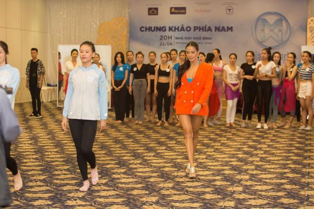 Siêu mẫu Như Vân mặc gợi cảm, hướng dẫn catwalk cho thí sinh Miss World VN ảnh 2