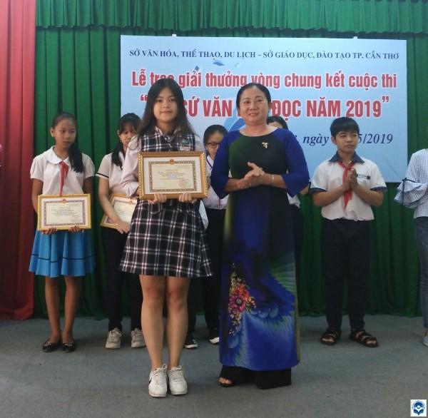 Nữ sinh cấp 3 đạt giải Nhì với cuốn sách 'Quẳng gánh lo đi để vui sống' ảnh 3