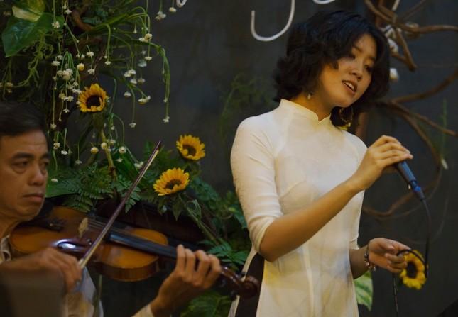 Cô gái gây xôn xao với bài 'Ta đã thấy gì trong đêm nay' viếng mộ Trịnh Công Sơn sớm ảnh 1