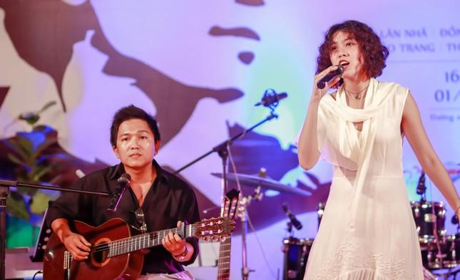 Cô gái gây xôn xao với bài 'Ta đã thấy gì trong đêm nay' viếng mộ Trịnh Công Sơn sớm ảnh 3