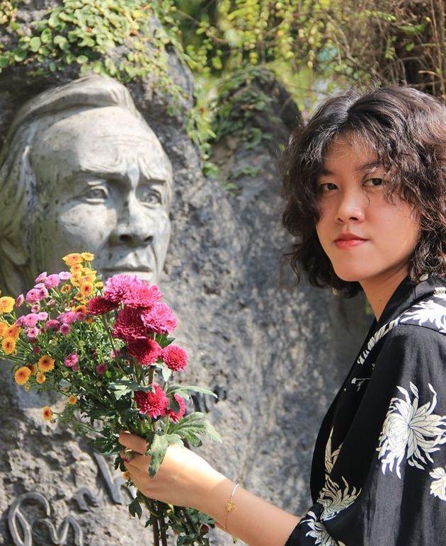 Cô gái gây xôn xao với bài 'Ta đã thấy gì trong đêm nay' viếng mộ Trịnh Công Sơn sớm ảnh 2
