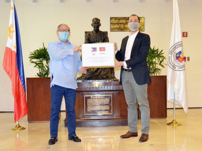 Sau khi khỏi bệnh, Tiên Nguyễn thuê chuyên cơ đi làm thiện nguyện tại Philippines ảnh 2