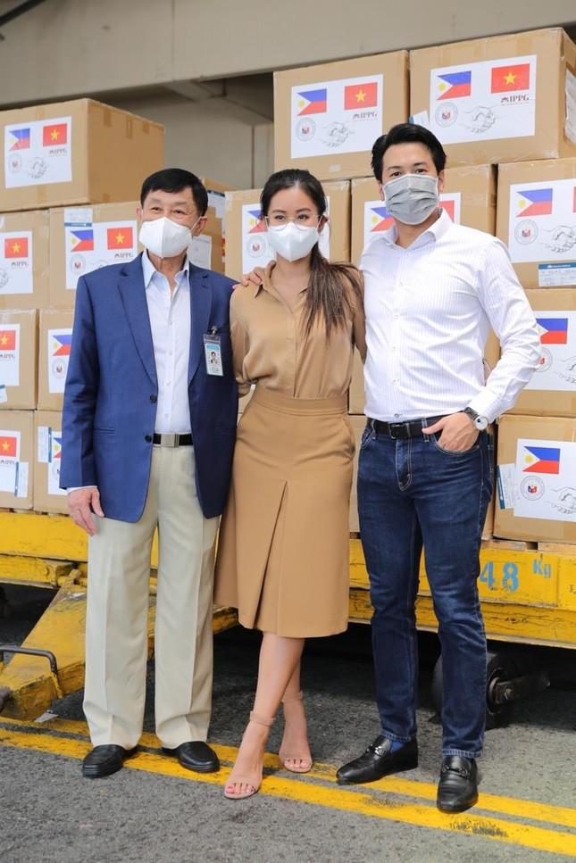 Sau khi khỏi bệnh, Tiên Nguyễn thuê chuyên cơ đi làm thiện nguyện tại Philippines ảnh 1